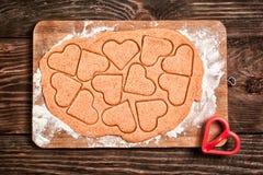 Preparación de las galletas en forma de corazón Imagen de archivo