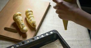 Preparación de las galletas para cocer Mujer que trabaja en la cocina Da el primer metrajes