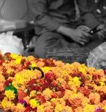 Preparación de las guirnaldas de las flores Imagen de archivo libre de regalías