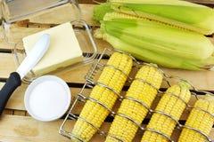Preparación de las mazorcas de maíz para asar a la parrilla Fotos de archivo libres de regalías