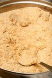 Preparación de las migajas de pan para las bolas de masa hervida Imagenes de archivo