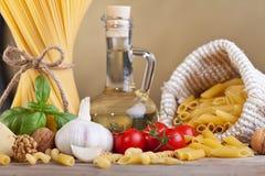Preparación de las pastas con los ingredientes específicos Imagen de archivo libre de regalías