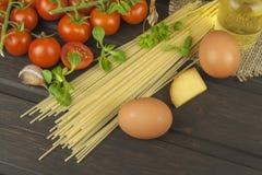 Preparación de las pastas hechas en casa Pastas y verduras en una tabla de madera alimento dietético Fotos de archivo libres de regalías