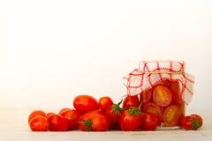 Preparación de las salmueras de los tomates de cereza orgánicos Foto de archivo