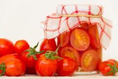 Preparación de las salmueras de los tomates de cereza orgánicos Fotos de archivo