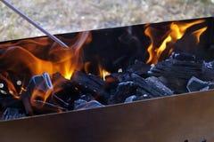 Preparación de los carbones para freír la carne Fotografía de archivo