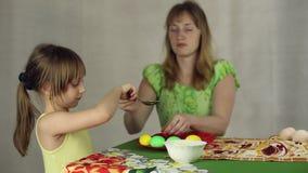 Preparación de los huevos de Pascua, el banquete del passover almacen de video