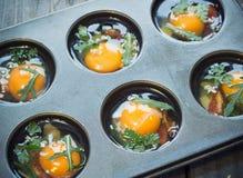Preparación de los molletes del huevo Imagen de archivo libre de regalías