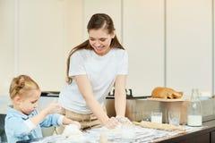 Preparación de los pasteles Fotografía de archivo