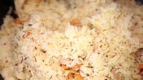 Preparación de los platos del arroz - pilaf de Uzbekistán almacen de metraje de vídeo