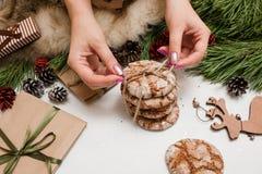 Preparación de los presentes por la Navidad y el Año Nuevo Fotos de archivo