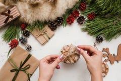 Preparación de los presentes por la Navidad y el Año Nuevo Imagen de archivo libre de regalías