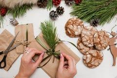 Preparación de los presentes por la Navidad y el Año Nuevo Foto de archivo libre de regalías