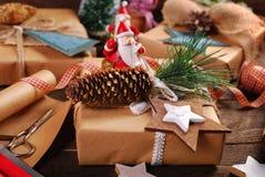 Preparación de los regalos de la Navidad en estilo rústico Foto de archivo