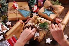 Preparación de los regalos de la Navidad en estilo rústico Fotografía de archivo