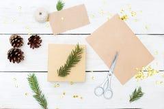 Preparación de los regalos para la Navidad y una caja de regalo en un backgro de madera Imágenes de archivo libres de regalías