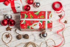 Preparación de los regalos por el Año Nuevo Imagen de archivo