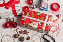 Preparación de los regalos por el Año Nuevo Foto de archivo