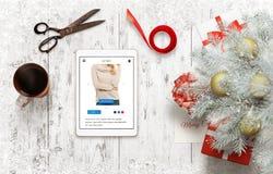 Preparación de los regalos por la Navidad y el Año Nuevo Regalos de las compras en línea usando la tableta Imagen de archivo libre de regalías
