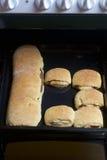 Preparación de los rollos de canela El molde para el horno sacado del horno Hay bollos listos y un rollo con canela en él Fotos de archivo