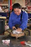 Preparación de pescados en mercado Fotos de archivo libres de regalías
