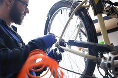 Preparación de su bici para la estación de ciclo Imagen de archivo libre de regalías