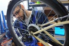 Preparación de su bici para la estación de ciclo Fotografía de archivo libre de regalías