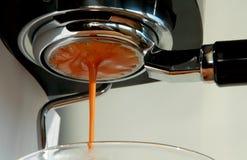 Preparación de un café express fresco por la mañana Imagen de archivo