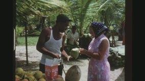 Preparación de un coco para un turista almacen de metraje de vídeo