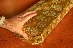Preparación de un paquete del regalo fotos de archivo libres de regalías