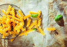 Preparación de un plato italiano de las pastas del fusilli Imagen de archivo
