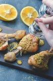 Preparación de un plato de pollo foto de archivo