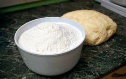 Preparación de una harina para el pan de jengibre Imagen de archivo