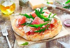 Preparación de una pizza sabrosa Imágenes de archivo libres de regalías