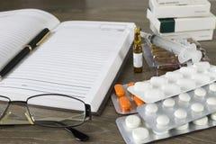 Preparación de una prescripción médica Imagenes de archivo