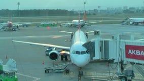 Preparación del aeroplano en el aeropuerto de Alanya Gazipasa almacen de metraje de vídeo