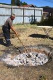 Preparación del al Hoyo de Curanto en el Muestras Gastronomicas 2016 en Achao, Chile Fotografía de archivo libre de regalías