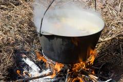 Preparación del alimento en hoguera Fotografía de archivo libre de regalías