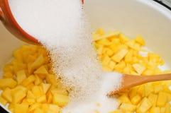 Preparación del atasco del mango Imagenes de archivo
