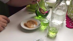 Preparación del cóctel alcohólico Ajenjo, soporte de la agua fría en las botellas de cristal en la tabla metrajes