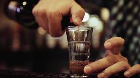 Preparación del cóctel alcohólico, cierre para arriba almacen de metraje de vídeo