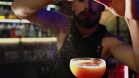 Preparación del cóctel alcohólico de la fruta cítrica metrajes