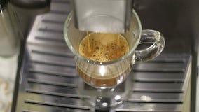Preparación del café en el café express de la máquina del café, cierre para arriba El café fresco de la máquina del café fluye en Imagenes de archivo