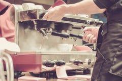 Preparación del café por Barista en el café foto de archivo