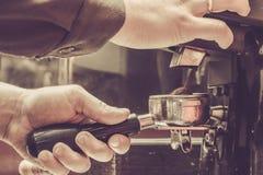Preparación del café por Barista en el café fotos de archivo