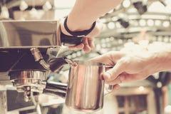 Preparación del café por Barista en el café foto de archivo libre de regalías