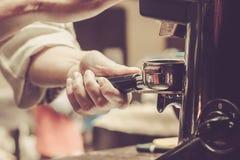 Preparación del café por Barista en el café imagen de archivo