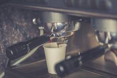 Preparación del café por Barista en el café imagen de archivo libre de regalías