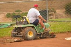 Preparación del campo de béisbol Imagenes de archivo