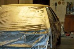 Preparación del coche y del tope del coche para pintar en body shop Fotos de archivo libres de regalías